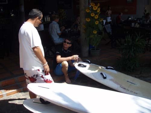 Remi in a talk with Pascal, the owner of Jibes and Fullmoon while getting the boards ready.