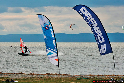 Jibing quite close to the beach with a 48 cm long fin!! (pic: windkraftsport.com)