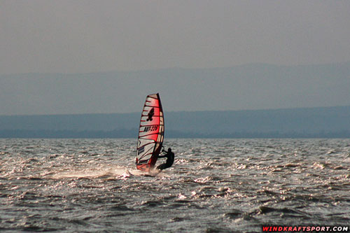Powered up on 6,7 in the bay of Podersdorf (pic: windkraftsport.com).