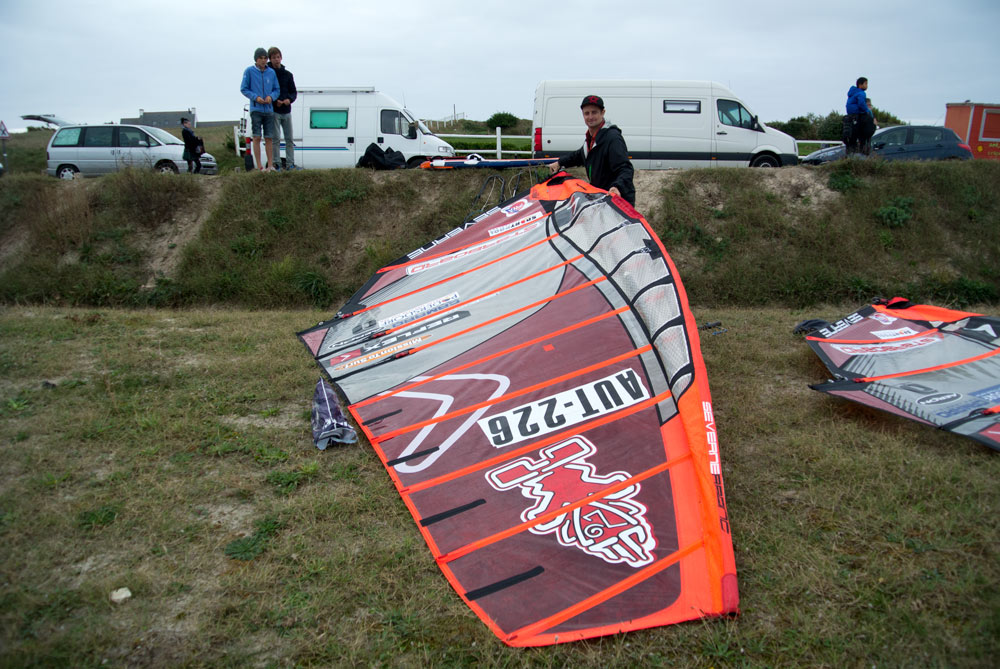 Rigging for the first time at La Torche, the wind will kick in later (Pic: Kerstin Reiger).