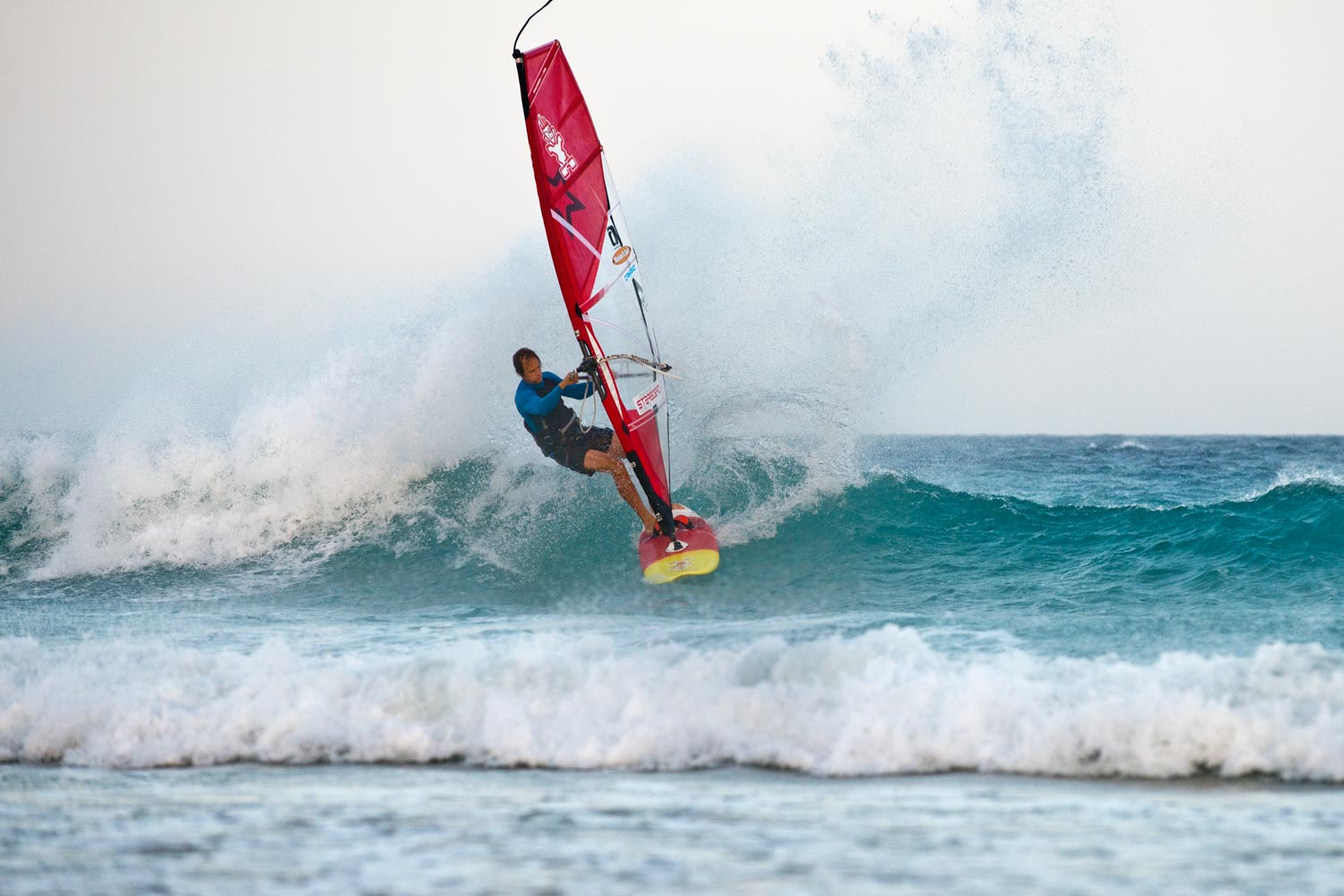 Riding a wave at Risco el Paso in Fuerteventura with the 4G 4.0 m in 2017 (Photo: ©Kerstin Reiger)